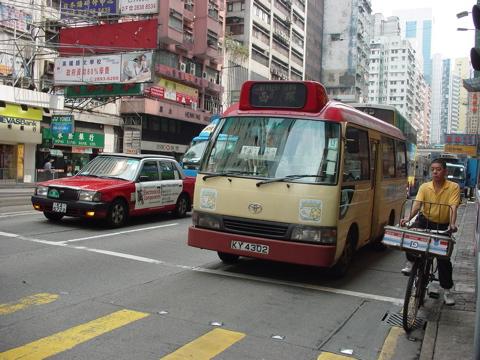 香港の赤色ミニバス